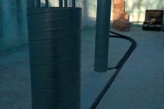 Säulen und Versorgungsrohre